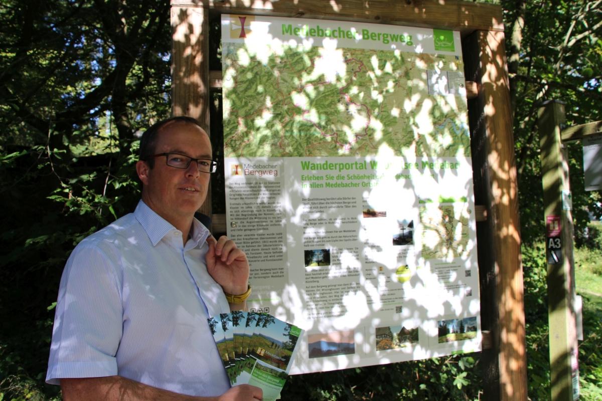 Michael Aufmhof (Geschäftsführer Touristik GmbH Medebach) präsentiert den neuen Flyer und das neue Wanderportal am Weddelsee in Medebach