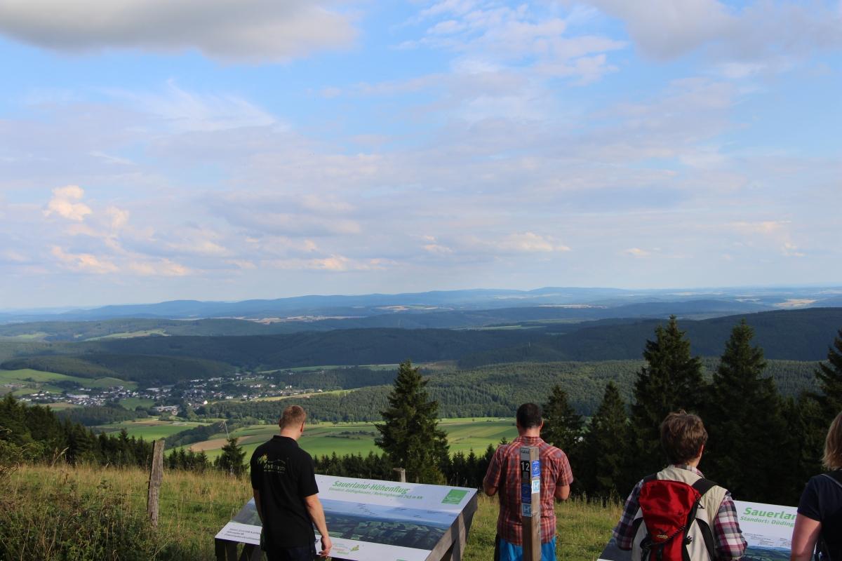 Team der Touristik GmbH Medebach unterwegs auf dem Medebacher Berg (Hier: Gipfel und Aussichtspunkt Kalied bei Düdinghausen)