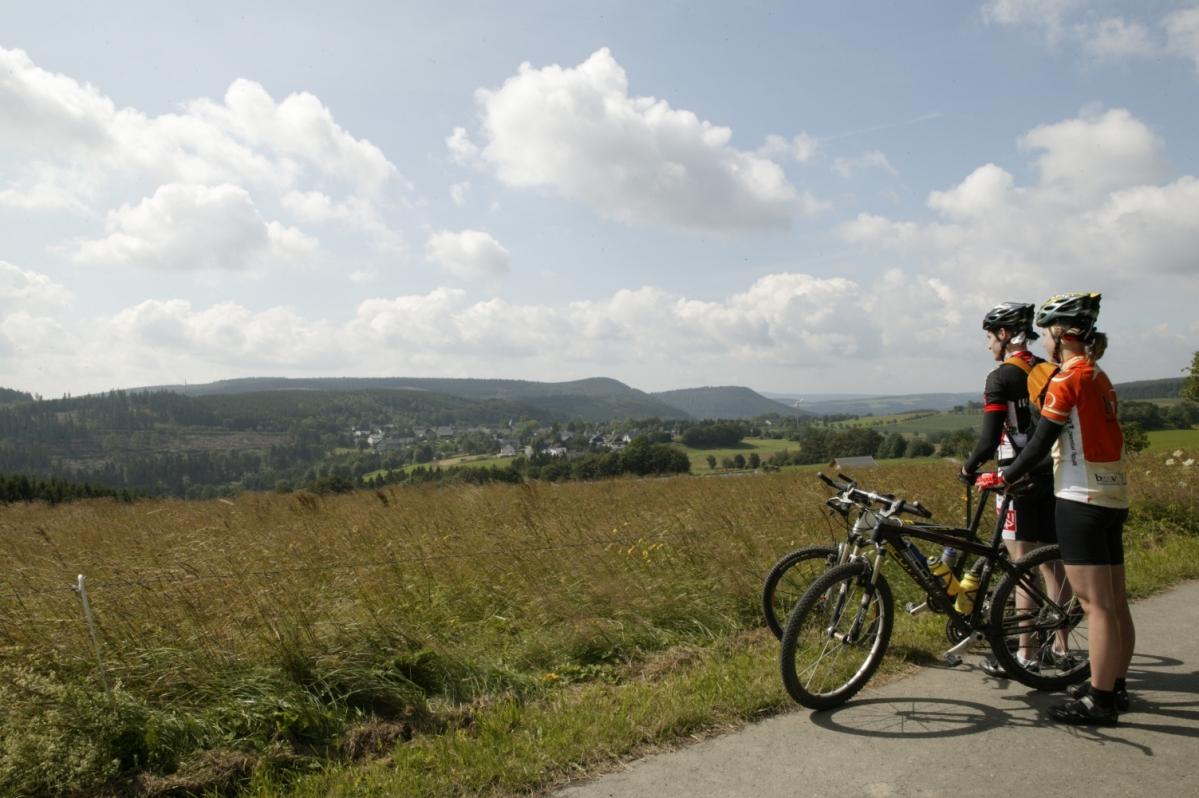 Landschaft mit Radfahrern Medebach-Küstelberg